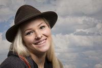 Glückliche  junge Frau mit Lodenhut