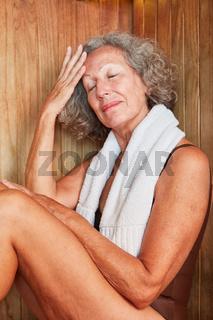Seniorin schwitzt in der Wellness Sauna