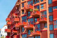Moderne rote Apartmenthäuser in Berlin