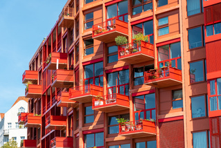 Moderne rote Apartmenthäuser in Berlin