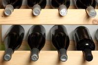 Weinregal mit mehreren Flaschen