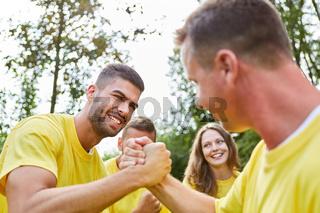 Zwei Männer messen Kräfte beim Armdrücken