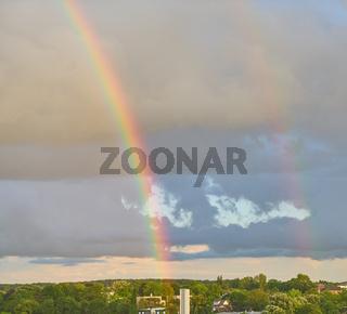 Starker Regenbogen nach Unwetter am Himmel