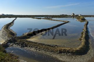 Meersalzgewinnung, Verdunstungsbecken einer Meerwassersaline mit frischem Meerwaser,Tavira, Portugal
