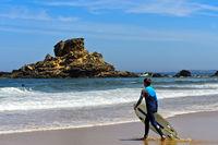 Wellenreiter am Strand Praia do Castelejo an der Costa Vicentina Küste, Vila do Bispo, Portugal