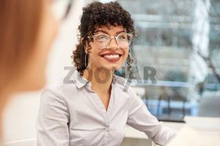 Junge afrikanische Geschäftsfrau als Trainee