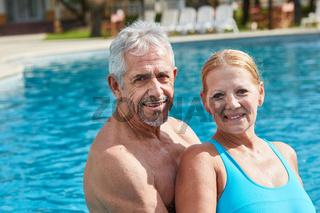 Senioren Paar zusammen am Swimmingpool