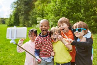 Gruppe Kinder hat Spaß beim Selfie machen