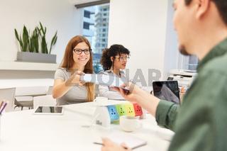 Frau als Trainee arbeitet zusammen mit Kollegen