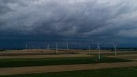 Rollwolke sammelt sich zu einem Unwetter am Himmel zusammen