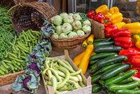 Zucchini, Kohlrabi und anderes Gemüse zum Verkauf