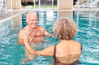 Senioren Paar hat Spaß beim Schwimmen