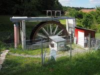 Modernes Wasserrad zur Stromerzeugung