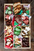 Verschiedene leckere Plaetzchen zu Weihnachten