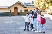Gruppe multikultureller Kinder und Lehrer