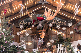 Weihnachstmarkthütte mit Elch und weihnachtlicher Dekoration
