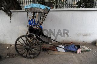 Kolkata, Indien, Ein Rikschalaeufer schlaeft am Strassenrand