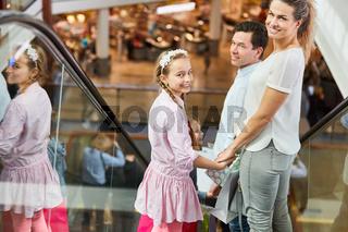 Familie auf Rolltreppe im Einkaufszentrum