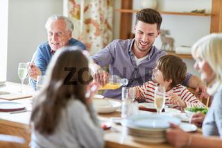 Großfamilie beim Abendessen oder Mittagessen