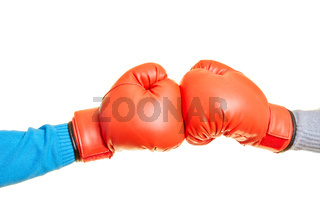 Zwei Hände boxen in Boxhandschuhen