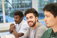 Drei junge Männer oder Business Leute als Trainees