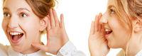 Frauen reden und hören zu mit Hand am Mund und Ohr