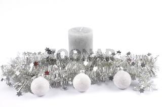 Weihnachtsgirlande, Kerze und Kugeln auf weiss - Christmas garland, candle and baubles on white
