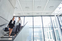 Zwei Geschäftsfrauen auf der Treppe