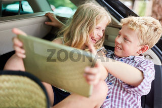 Geschwister Paar hat Spaß im Auto