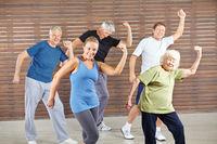 Gruppe Senioren tanzt Bokwa im Fitnesscenter