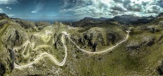 Panorama einer Serpentine im Gebirge von Mallorca auf dem Weg nach Sa Calobra