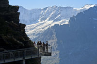 Touristen auf dem First Cliff Walk by Tissot, Grindelwald, Schweiz