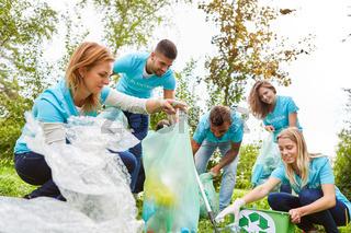 Gruppe Umweltschützer sammelt Abfall