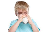Kind trinken Milch Glas gesunde Ernährung Freisteller freigestellt isoliert