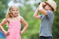 Junge beobachtet die Natur durch ein Fernglas