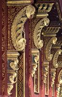 Abfolge von Dachstützen an der Aussenmauer des Tempels Wat Sensoukharam