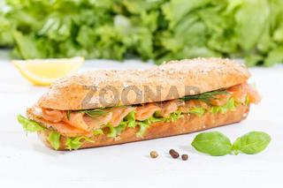 Brötchen Sandwich Vollkorn Baguette belegt mit Lachs Fisch auf Holzbrett