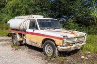 Alter Pickup als Tankwagen