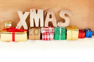 Xmas Text auf Geschenken zu Weihnachten