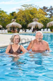 Senioren Paar schwimmt in der Therme