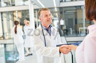 Arzt begrüßt eine Patientin mit handshake