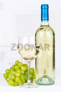 Wein weiß Weißwein weiss Weisswein Weintrauben Trauben Hochformat Textfreiraum Copyspace