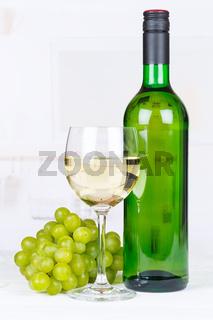 Wein weiß Weißwein Weintrauben Trauben Hochformat Textfreiraum Copyspace