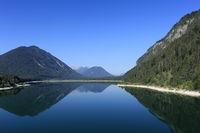 klarer ruhiger See in Bayern