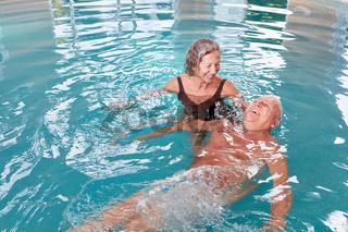 Senioren Paar hat Spaß bei Aquafitness