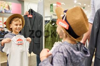Junge bei der Anprobe im Modegeschäft