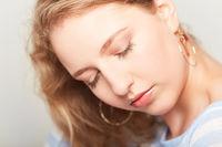 Attraktive Frau mit Make-Up auf reiner Haut