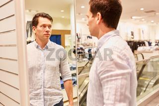 Mann als Kunde beim Hemd kaufen
