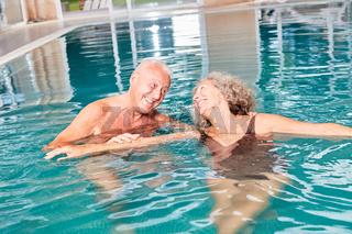 Senioren Paar hat Spaß im Schwimmbad