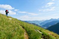 Mann beim Wandern im Sommer in den Alpen